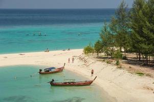 turistbesök vacker strand och kristallhav vid Koh Lipe foto