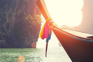 lång båt på ön i Thailand foto