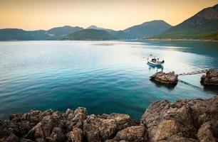 lugn vik med en ensam båt foto
