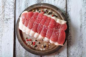 rå stek med kryddor och havssalt på träbord foto