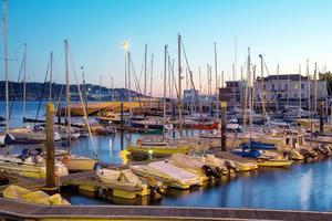 parkering av båtar och yachter i Lissabon, Portugal foto