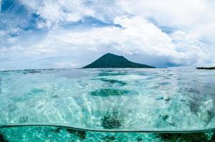 berg över havsutsikten bunaken sulawesi indonesien undervattensfoto