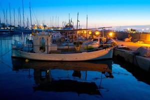 traditionella fiskerbåtar i solnedgången i formentera foto