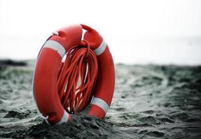 orange jackor med rep för att rädda simmare i havet foto