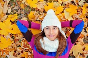 kvinna i naturen på hösten foto