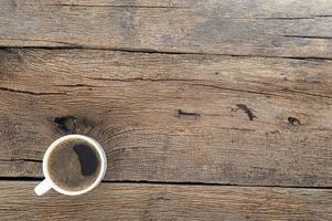 en kopp kaffe på skrivbordet foto
