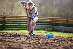 arbetar i trädgården