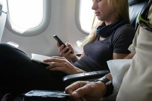 flygflygpassagerare som sitter i flygplan foto