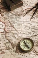 kompass och gammal karta över Mellanöstern