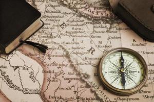 kompass, bok och gammal karta över Mellanöstern