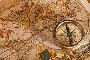 gamla kart- och kompasskoncept foto