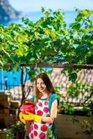 ung kvinna som arbetar i trädgården