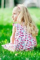 porträtt av söt liten blond tjej