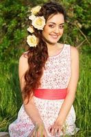 vacker kvinna med rosor blommor