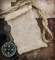 gammal kompass och rep på grungebakgrund foto
