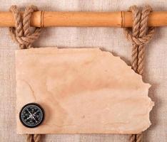 kompass, knut och gammalt papper foto