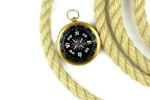 gammal kompass och rep på vit bakgrund.