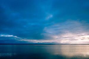 blå himmel över lugnt hav foto
