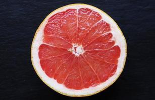 rosa grapefrukt på skifferbakgrund foto