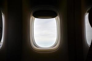 öppet flygplansfönster
