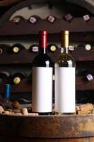 rött och vitt vin i källaren foto