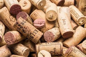 korkar från vinflaskor foto