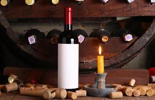 vintage rött vin i källaren foto