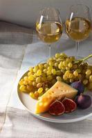 ost med frukt och sött vin foto