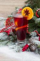 glögg med dekorerat julgran foto
