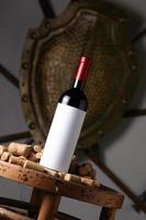 rött vin och korkar foto