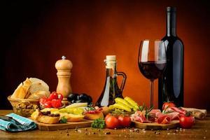 traditionell spansk tapas och rött vin foto