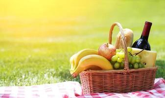 picknick korg med mat på gräs foto