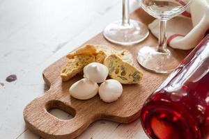 traditionella italienska kakor serveras med vin