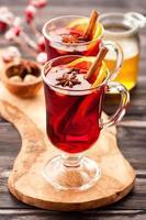 glögg med varmt vin med kryddor foto