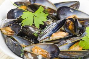 öppnade musslor med persiljekvister