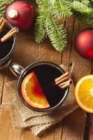 festligt glödhet kryddat vin till jul foto