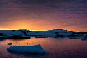 sommarsolnedgång i Antarktis foto