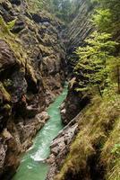 flod i en djup kanjon