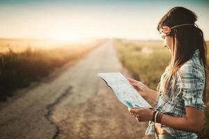 resenär flicka ser karta