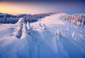 färgrik vintersoluppgång i bergen