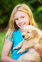 söt ung flicka med valpar