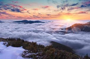 färgstarkt kvällslandskap i de karpatiska bergen
