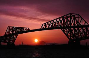 Mount Fuji och Tokyo Gate Bridge på kvällen foto