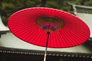 japan, tokyo, meiji-jingu shinto-helgedom, traditionellt rött paraply foto