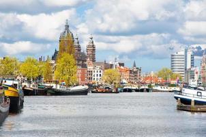 amsterdam stadsbild med st. Nicolas kyrkkupol, Nederländerna.