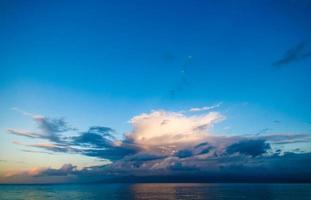 fantastisk solnedgång reflekterad över ön molokai, maui, hawaii foto