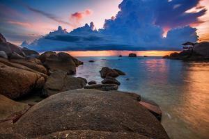 tropisk strand vid solnedgången.