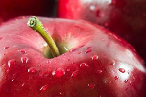 makro skott av rött äpple med droppar vatten