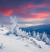 färgrik vintersoluppgång i bergen.