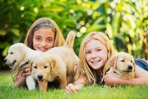 söta unga flickor med valpar